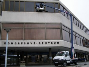 Práce s plošinou - mytí oken - Kongresové centrum, Praha