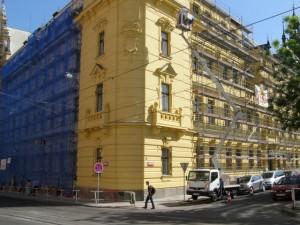 Práce plošinou - oprava fasády